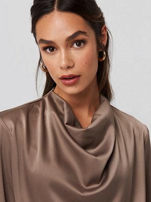 NA-KD Trend Cowl Neck Satin Blouse brun
