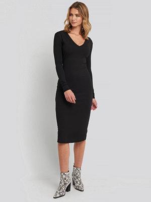 NA-KD Deep V-Neck Ribbed Dress svart