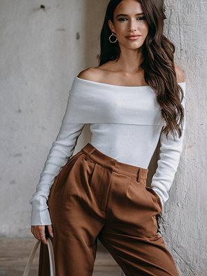 Hanna Weig x NA-KD Slash Collar Pullover vit