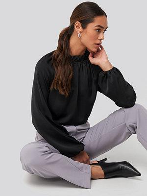 NA-KD Trend Gathered Neck Blouse svart