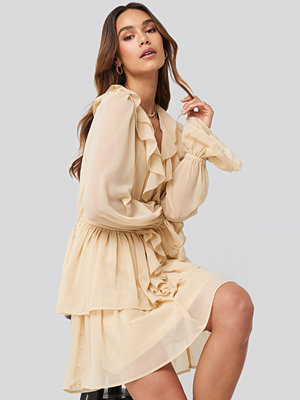 Festklänningar - Queen of Jetlags x NA-KD Chiffon Flounce Dress beige