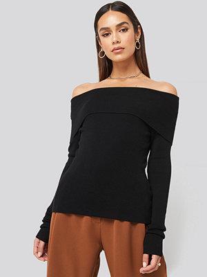 Hanna Weig x NA-KD Slash Collar Pullover svart