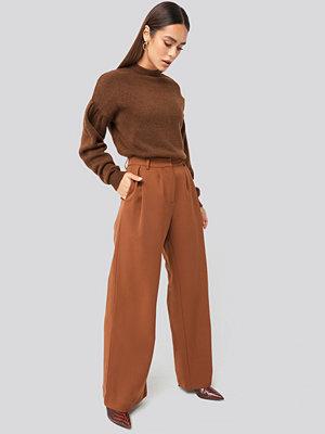 Hanna Weig x NA-KD röda byxor Flowy Tailored Pants brun