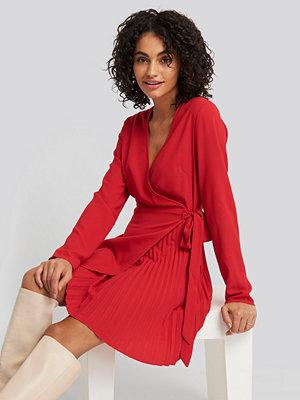 NA-KD Trend Overlapped Pleat Detailed Mini Dress röd