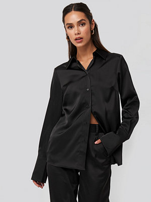 NA-KD Trend Straight Fitted Satin Blouse svart