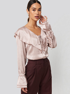 NA-KD Trend Flounce Satin Structured Blouse rosa