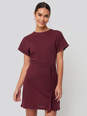NA-KD Belted T-shirt Dress röd