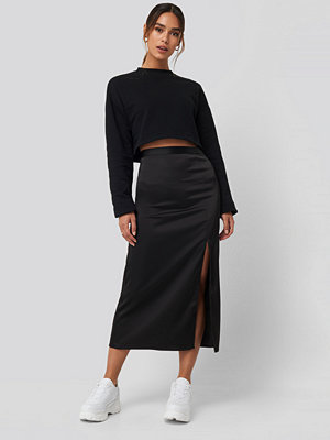 Queen of Jetlags x NA-KD Slit Satin Skirt svart