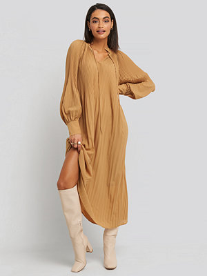 NA-KD Trend Tie Neck Pleated Dress beige