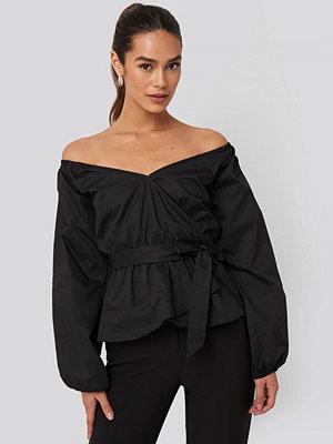 NA-KD Trend Off Shoulder Tie Waist Blouse svart