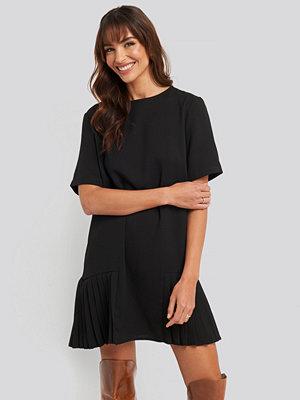 NA-KD Trend Pleated Panel Mini Dress svart