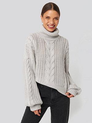 Donnaromina x NA-KD Chunky Cable Knit Sweater grå