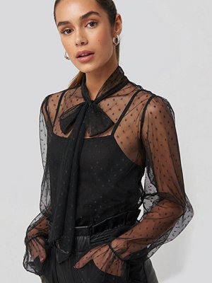 NA-KD Trend Bow Tie Dotted Mesh Blouse svart