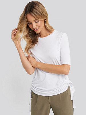 NA-KD Trend Side Tie Cropped T-Shirt vit