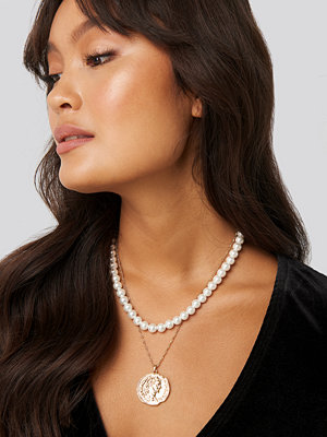 NA-KD Accessories smycke Pearl and Coin Necklace vit guld