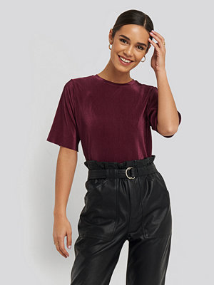 NA-KD Party Pleated Short Sleeve Top röd