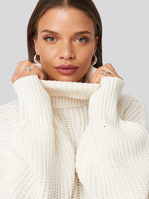 Donnaromina x NA-KD Ribbed Polo Cable Knit Sweater vit