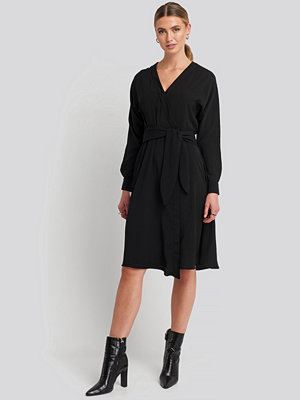NA-KD Trend Midi Overlap Tied Waist Dress svart