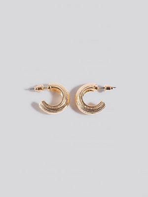 NA-KD Accessories smycke Wide Detailed Hoop Earrings guld