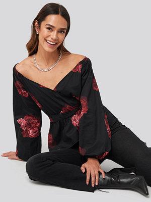 NA-KD Trend Off Shoulder Tie Waist Blouse svart röd