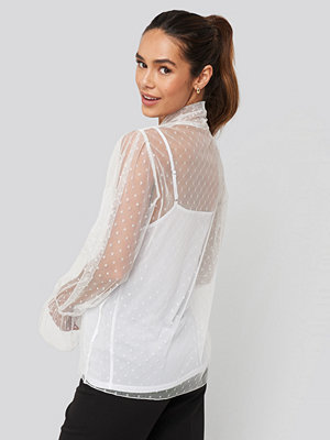 NA-KD Trend Bow Tie Dotted Mesh Blouse vit