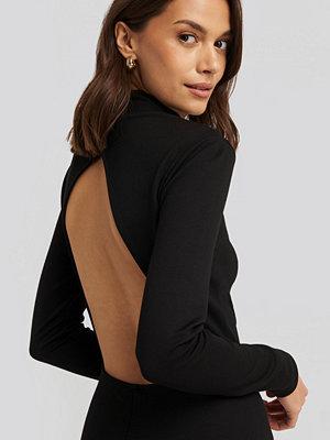 NA-KD Party Cut Out Back Long Sleeve Midi Dress svart