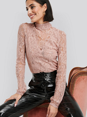 NA-KD Party High Neck Lace Top rosa
