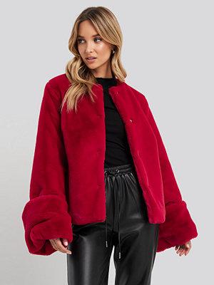 NA-KD Cropped Faux Fur Jacket röd
