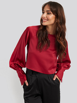 NA-KD Party Cropped Satin Balloon Sleeve Blouse röd