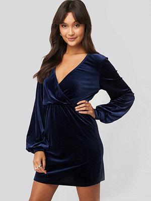 NA-KD Party Velvet Overlap Mini Dress blå