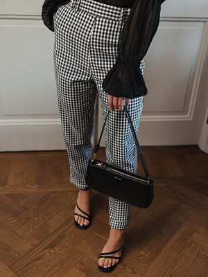 Donnaromina x NA-KD grå rutiga byxor Checked Suit Pants svart multicolor