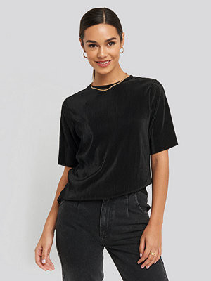 NA-KD Party Pleated Short Sleeve Top svart