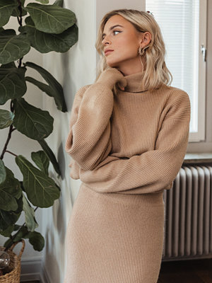 Donnaromina x NA-KD Polo Neck Ribbed Knit Sweater beige