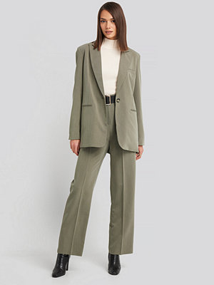 NA-KD Classic omönstrade byxor High Waist Darted Pants grön