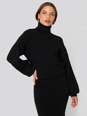 Donnaromina x NA-KD Polo Neck Ribbed Knit Sweater svart