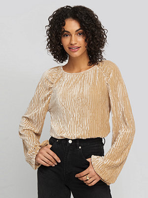 NA-KD Party Crinkle Velvet Balloon Seeve Top beige guld