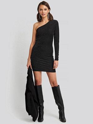 NA-KD Party Padded Glittery One Shoulder Dress svart
