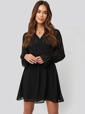 NA-KD Trend Smocked V-Neck Mini Dress svart