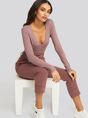 NA-KD Basic Deep V-neck Ribbed Body rosa