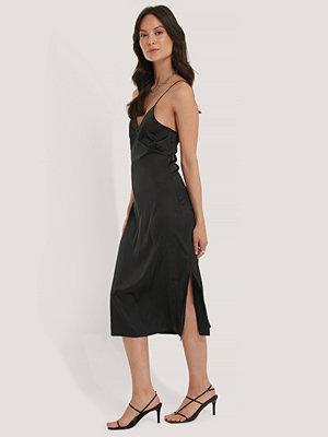 NA-KD Party Slip Satin Slit Dress svart