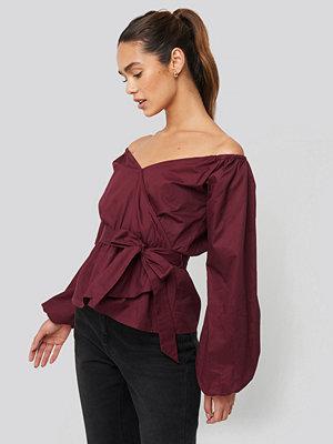 NA-KD Trend Off Shoulder Tie Waist Blouse röd