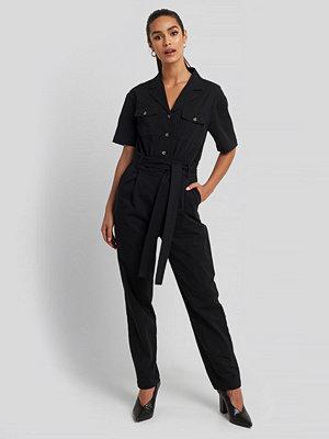 NA-KD Belted Cargo Short Sleeve Jumpsuit svart