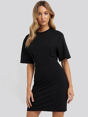 NA-KD Waist Dart Detail Dress svart