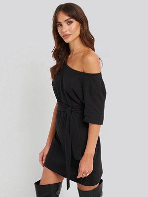 NA-KD One Shoulder T-shirt Belted Dress svart