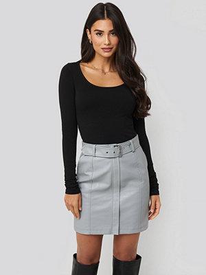 Dilara x NA-KD Belted PU Skirt grå