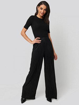 NA-KD svarta byxor Plisse Wide Leg Pants svart
