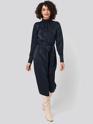 Trendyol Waist Belted Midi Dress blå