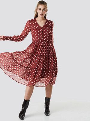 NA-KD Boho Buttoned Neck Chiffon Ruffle Dress röd