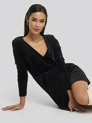Trendyol Mini Overlap Velvet Dress svart