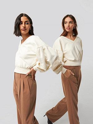 NA-KD Puff Sleeve V-neck Sweatshirt beige